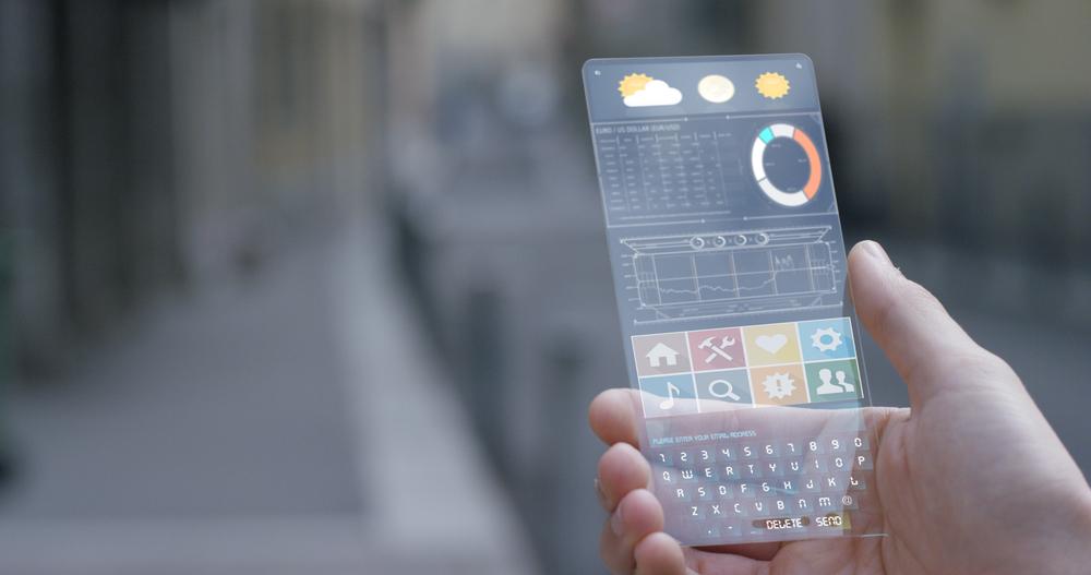 スマートフォンであらゆる情報を確認している様子