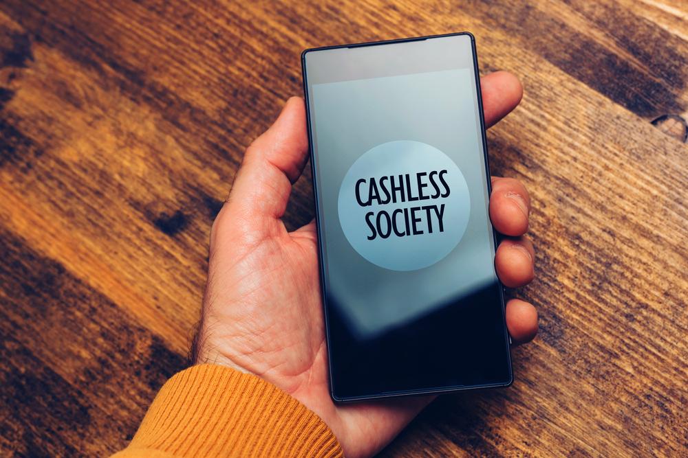 「キャッシュレス社会」と表示されているスマートフォン