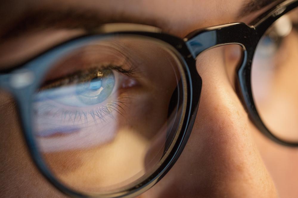 メガネにPC画面が反射している様子