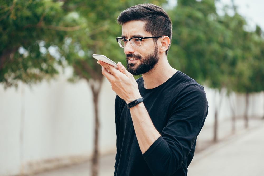 スマートフォンに話しかける男性の様子