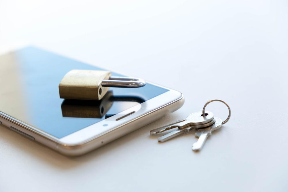 スマートフォンと錠前
