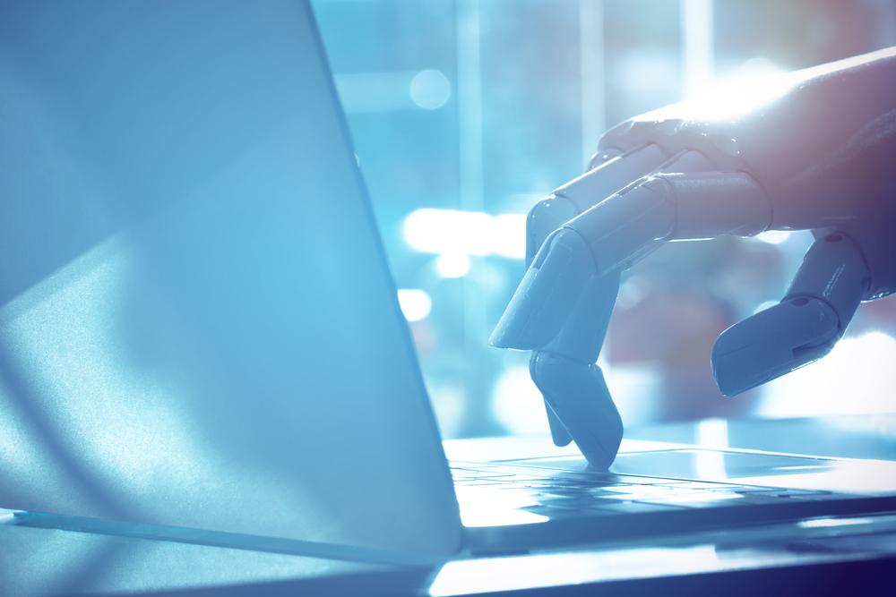 ノートPCを操作するロボットの手