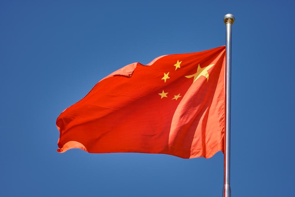 中国の国旗がなびく様子