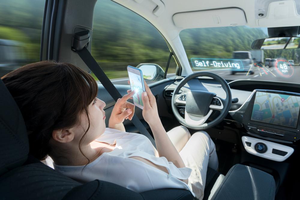自動運転車に乗る女性