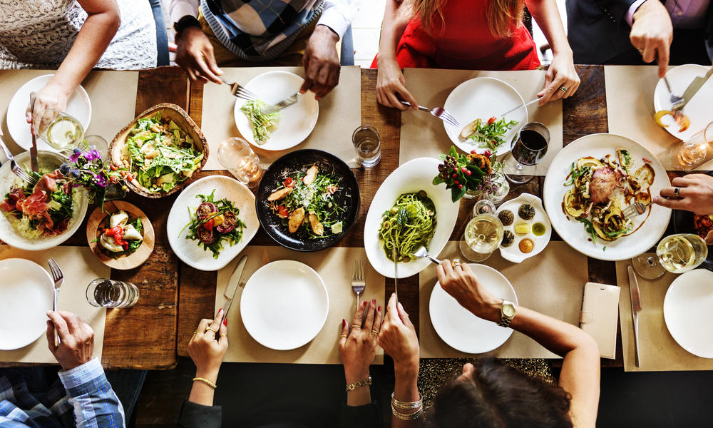 食事をする人たち
