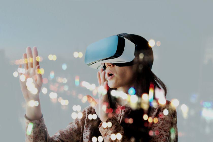 VR体験をしている女性の様子