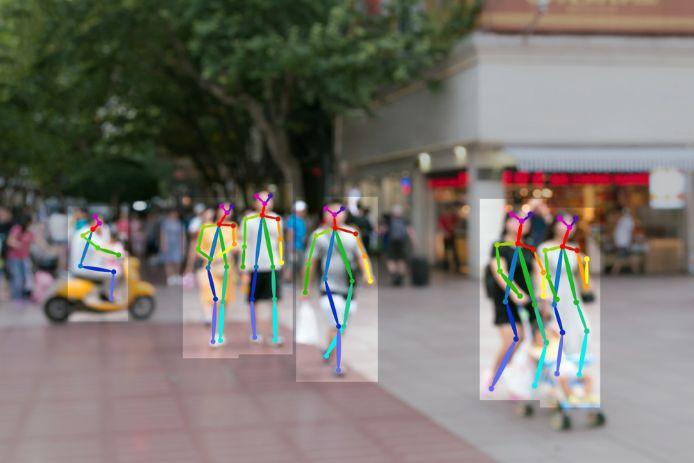 屋外の写真から通行人を識別する様子