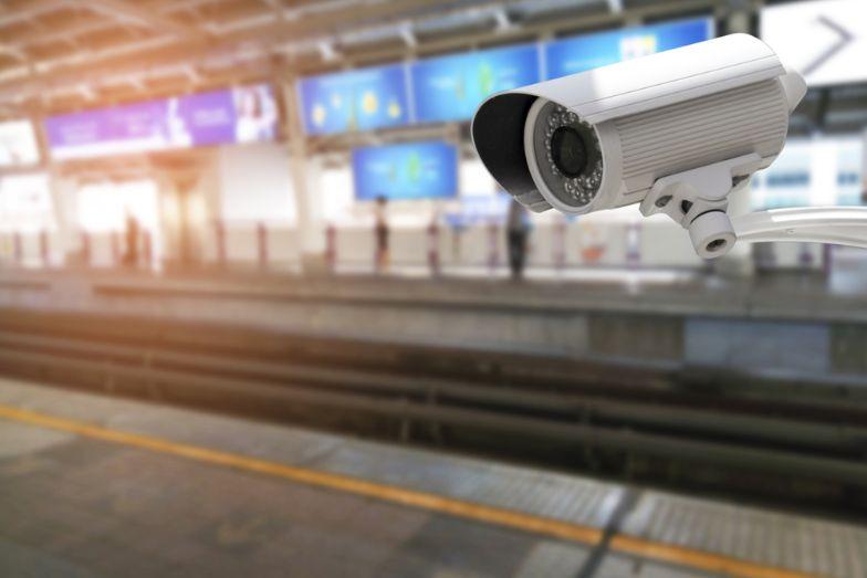駅のホームに設置された監視カメラ