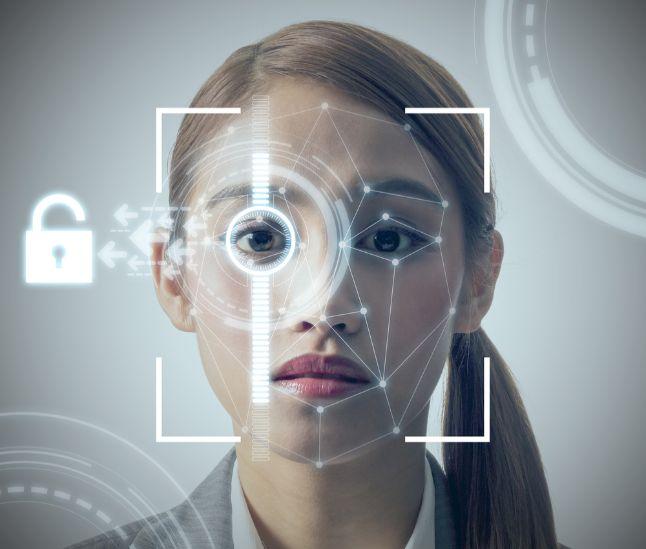 女性の顔を画像認識する様子とセキュリティマーク