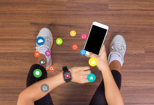 ウェアラブルデバイスとスマートフォンが連携して作動するイメージ