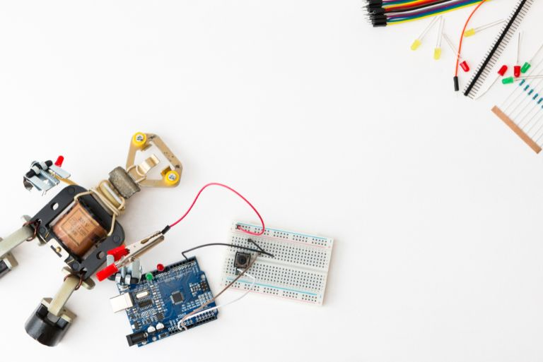 デスクの上に置かれた小さなロボットと部品