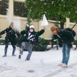 雪の中ではしゃぐ30歳男 27歳女 30歳男の正体は