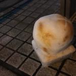 雪が降る夜。巨大な焼き餅が玄関に出現