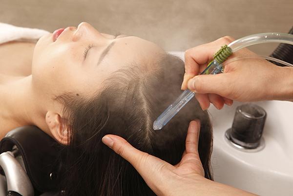 20代から30代の男性に向けて抜け毛の対策と原因を伝える画像