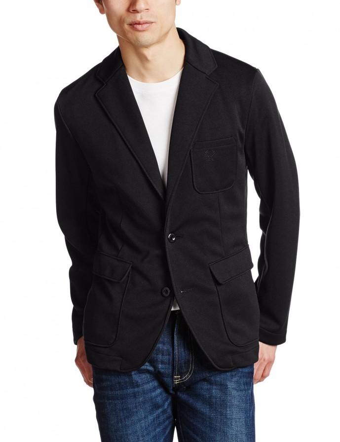 黒セーターのアウターにテーラードジャケット