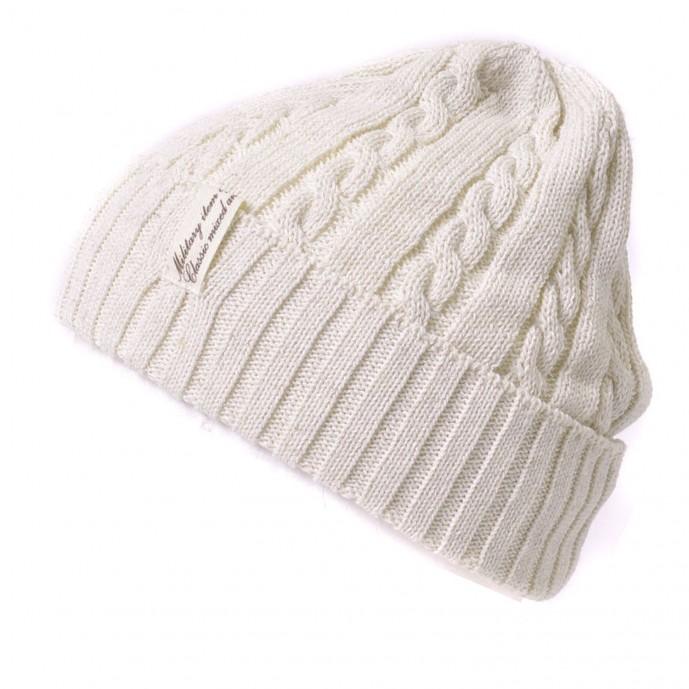 白セーターのニット帽