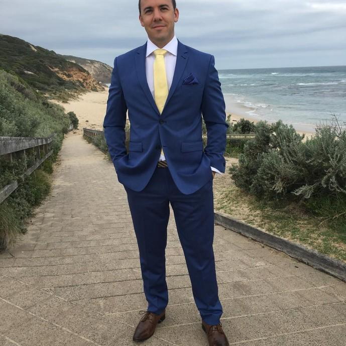 ブルースーツ 黄色ネクタイ