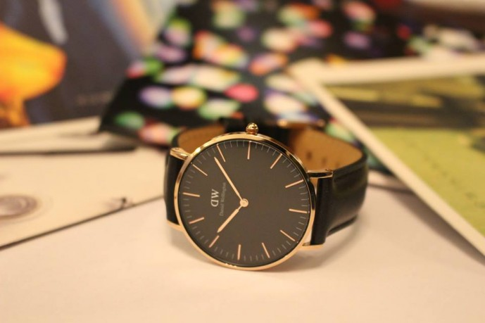 彼女の誕生日プレゼントにダニエルウェリントンの黒文字盤の腕時計