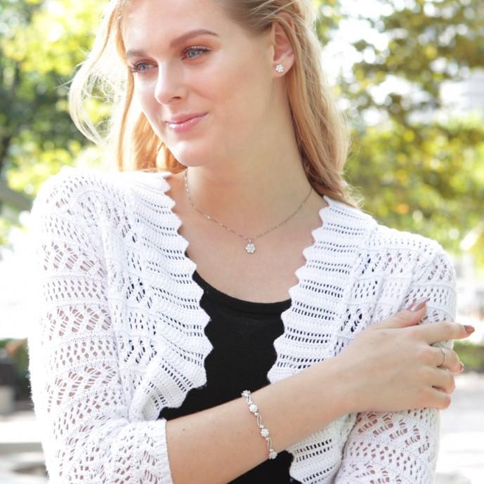 ホワイトデーのお返しにプレゼントするニューヨークのブレスレット装着イメージ