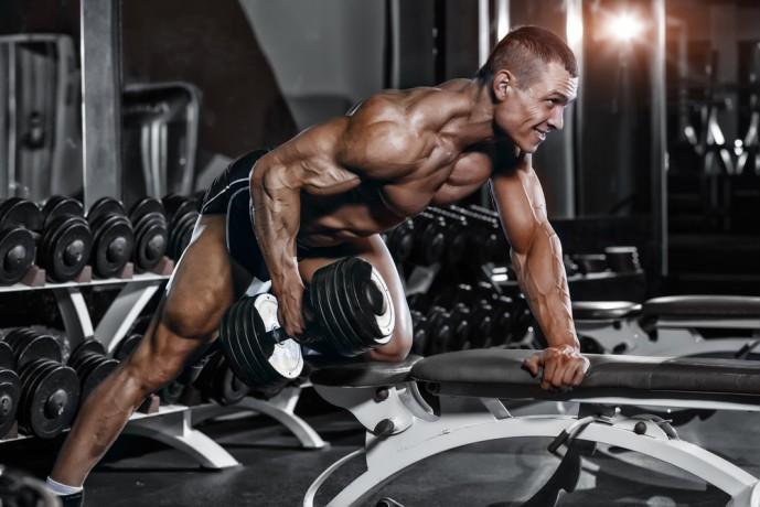 背筋の効果的な筋トレ方法であるワンハンドローイング