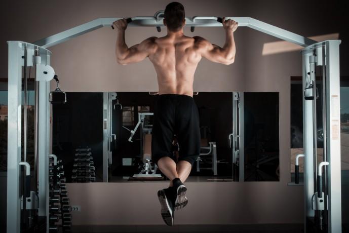 背筋の効果的な筋トレ方法であるチンニング