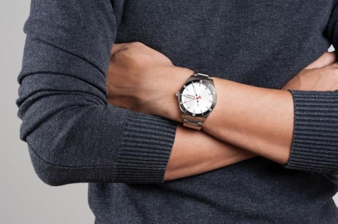 白い文字盤の腕時計