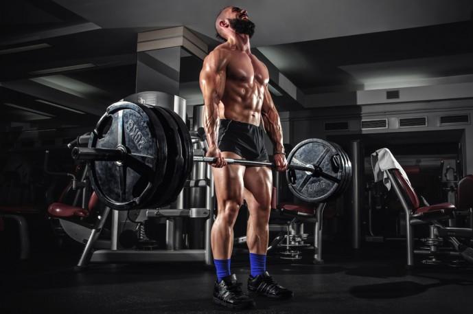 ルーマニアンデッドリフトで体を鍛える男