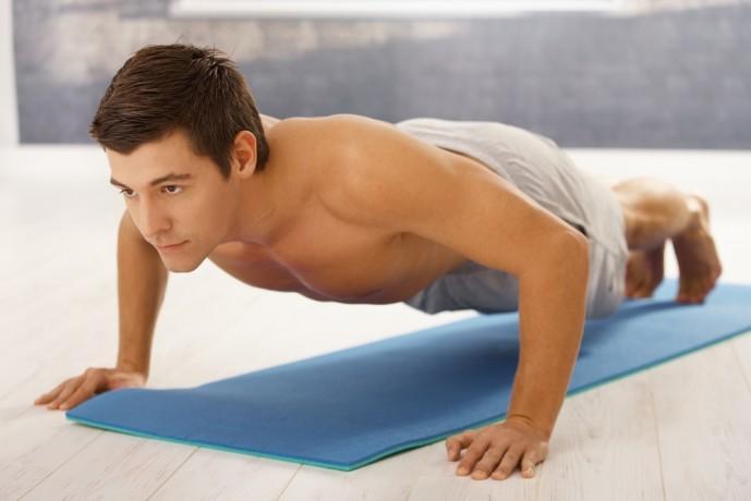 ワイドプッシュアップで体を鍛えている男