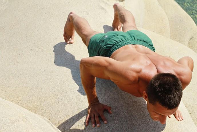 ヒンズープッシュアップで体を鍛える男