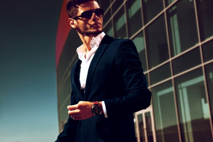 腕時計をつける男