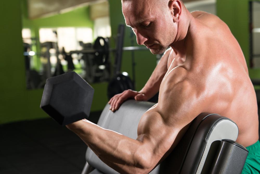 プリチャーカールで上腕二頭筋を鍛える男性