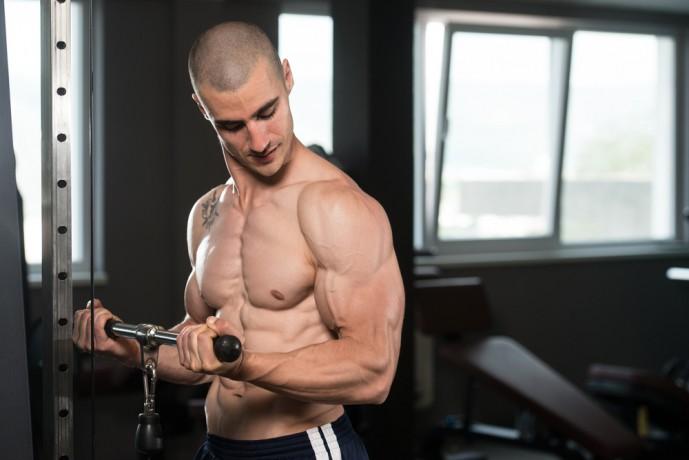 ケーブルカールのトレーニング中に二頭筋を意識している男