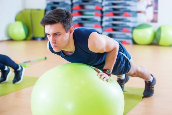 インクラインプッシュアップトレーニングをしている男性