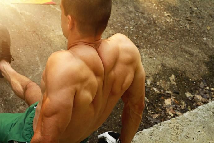 男性の筋肉自慢