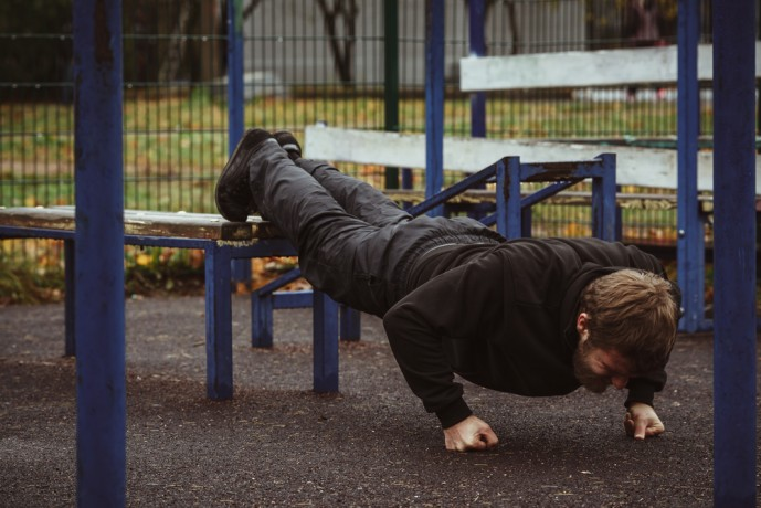 デクラインプッシュアップで体幹を鍛える男性