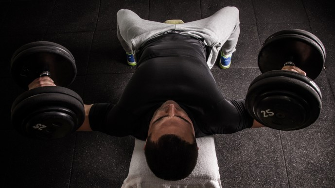 デクラインダンベルフライで体を鍛えてる男性