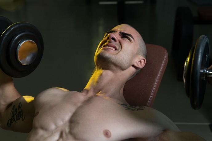 デクラインダンベルフライで体を鍛える男