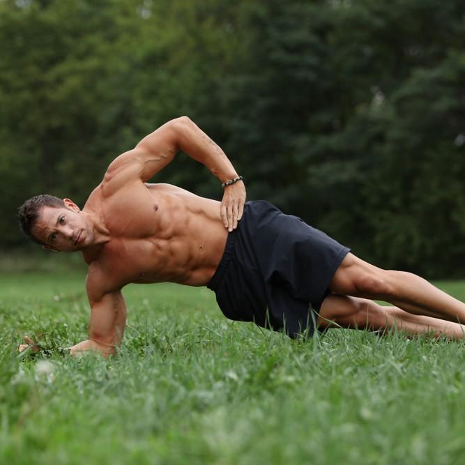 サイドエルボーブリッジで体を鍛える男性