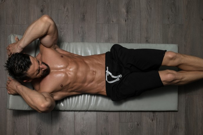 リバースクランチで腹直筋を刺激している男性