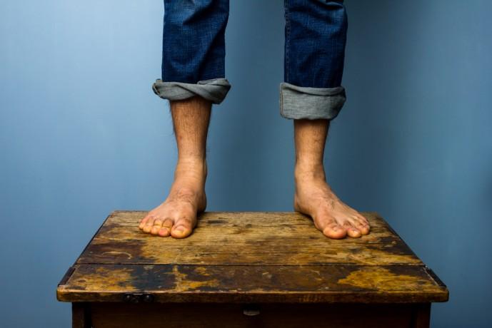 バーベルカーフレイズを行っている男性の足