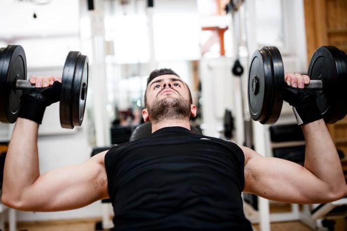 ダンベルショルダープレスで上腕三頭筋を鍛える