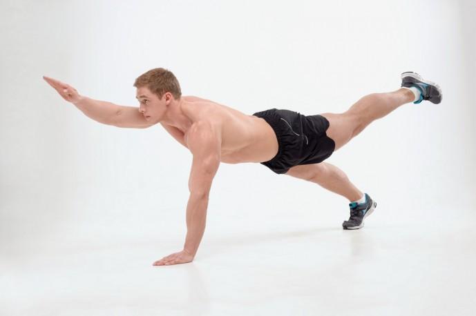 体幹の筋トレであるダイアゴナルトレーニングを行う男性