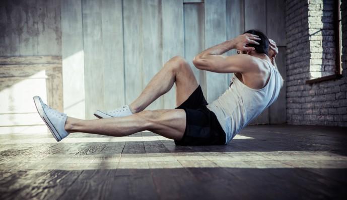 腹筋を鍛えるためにツイストクランチを行う