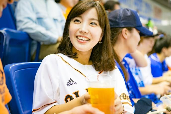 野球デートで乾杯