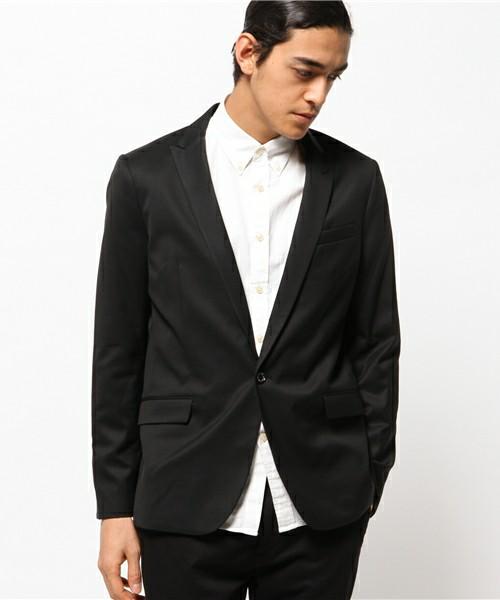 黒のジャケットと白シャツ