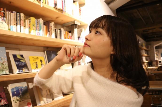 本を探す篠原梨菜
