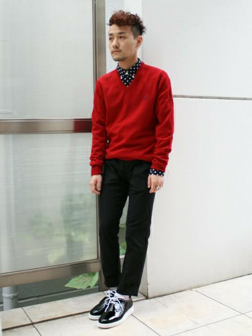 赤いセーターと柄物のシャツ