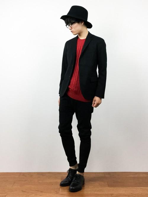 赤いセーターと革靴のコーデ