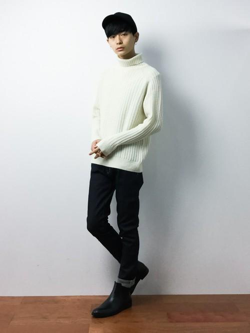 白セーターとパンツの組み合わせ