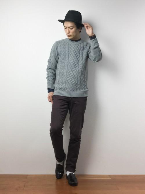 グレーのセーターとスラックス